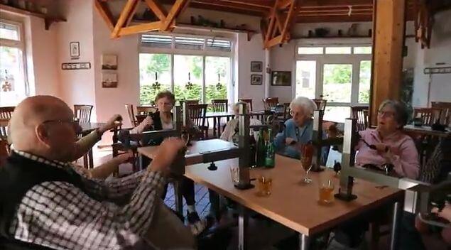 Plaudertisch mit übenden Senioren