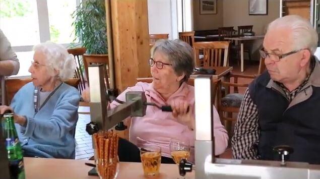 3 Senioren sitzen am Plaudertisch