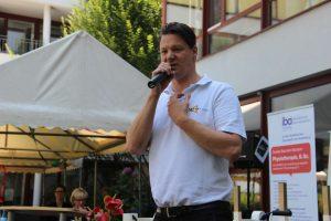 Florian Winger spricht in ein Mikrofon