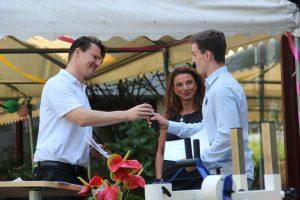 Student der iba und Florian Winger halten ein Mikrofon