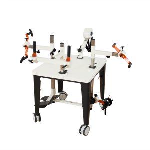 Plaudertisch für 4 Personen mit orangenen Farbakzenten auf den Übungsgeräten