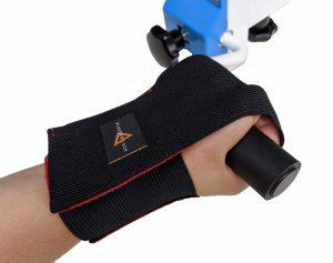 Hand mit Handfix-Zubehör hält den Griff eines Drehorgel-Werkzeugs