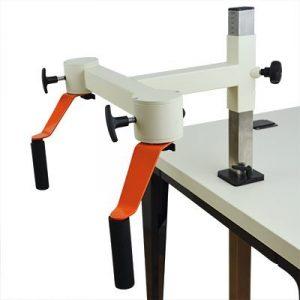 Plaudertisch Werkzeug Kaffeemühle vor weißem Hintergrund