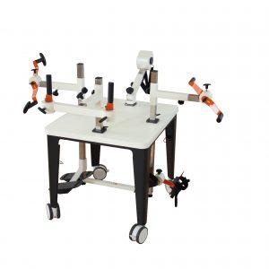 Produktfoto Plaudertisch mit orangenen Geräten vor weißem Hintergrund