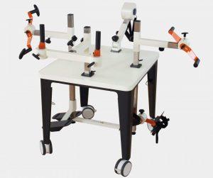 Plaudertisch mit orangenen Übungsgeräten