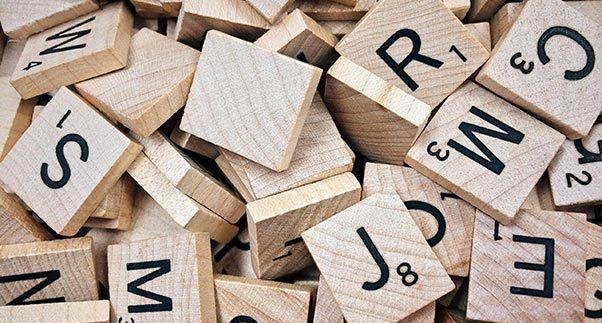 Holztäfelchen mit Buchstaben und Punktewerten, wie für Scrabble