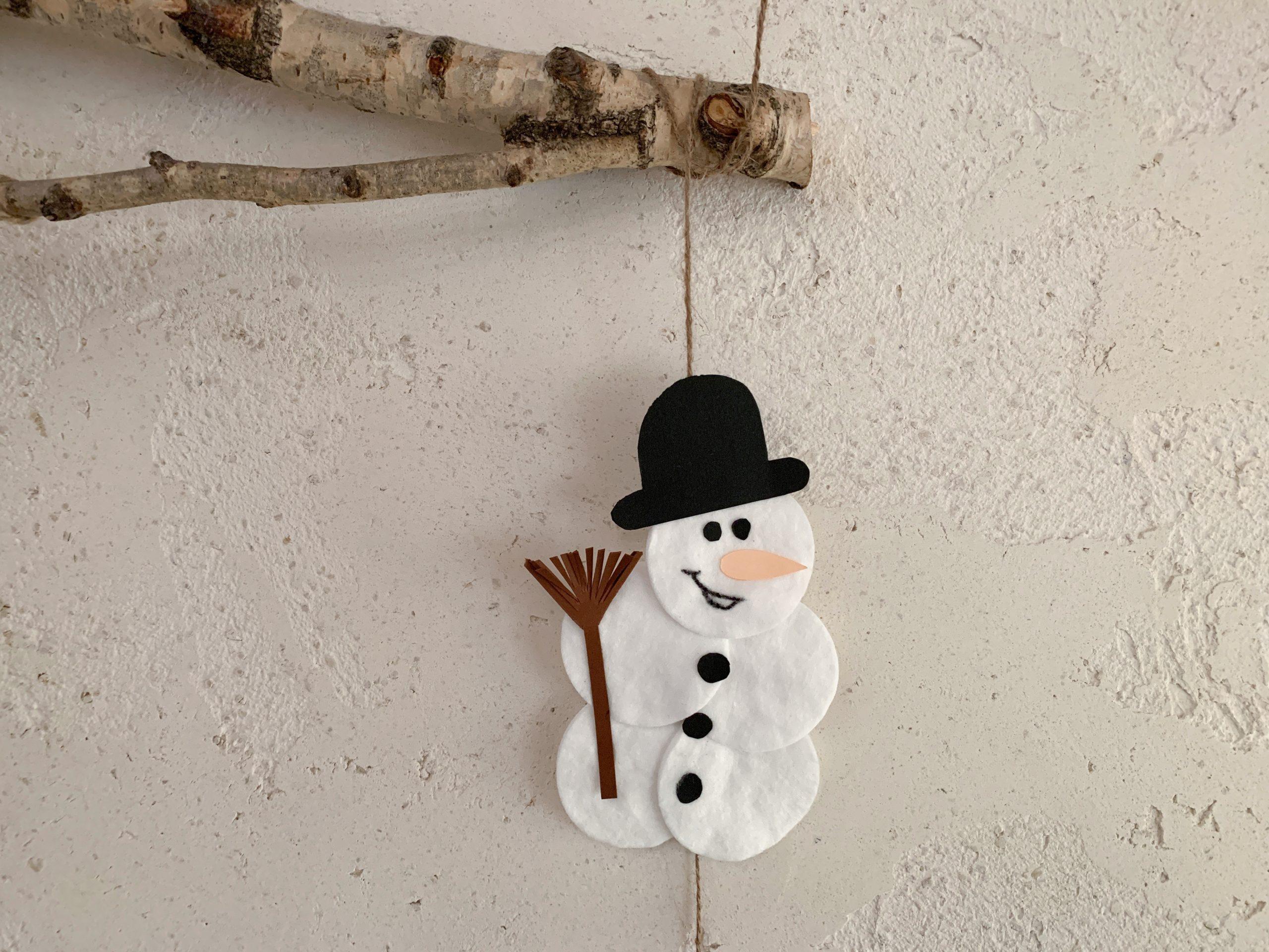 Schneemann aus Wattepads an einer Girlande