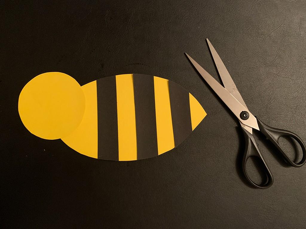 Schere und Umrisse einer Biene aus Tonkarton