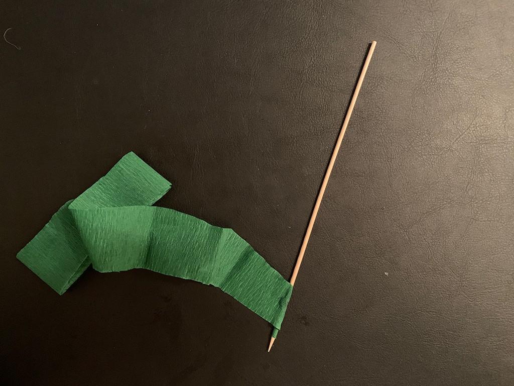 Ein Schaschlikspieß wird mit grünem Kreppband umwickelt