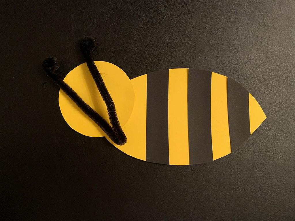 Biene aus Tonkarton mit Streifen und einem gebogenen Pfeifenputzer