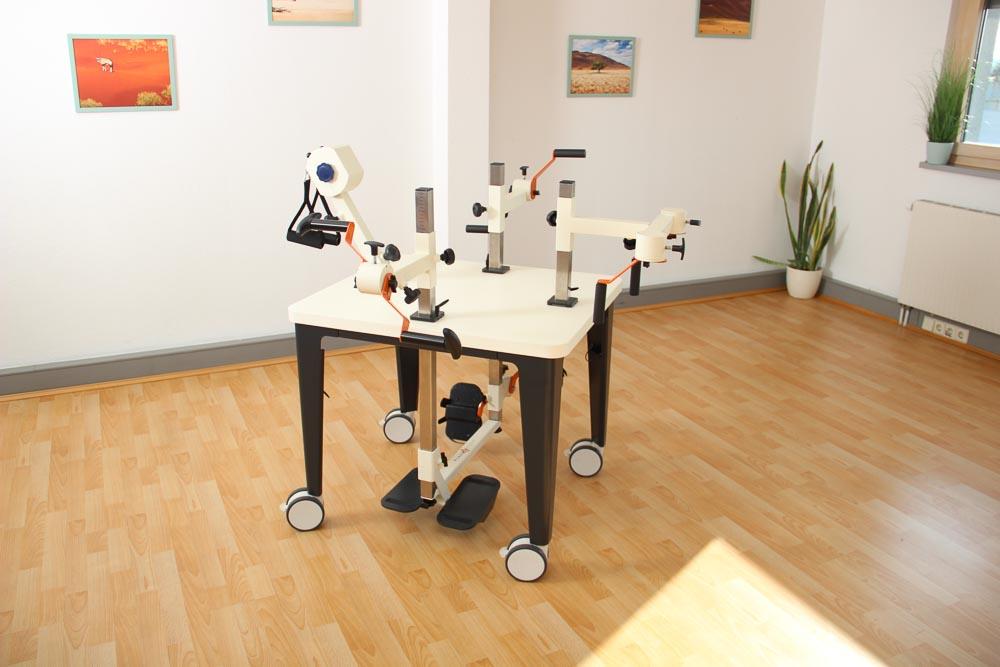 Plaudertisch für 4 Personen mit orangenen Farbakzenten auf den Übungsgeräten in einem Raum mit Parkettboden