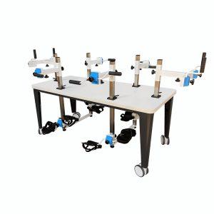 Plaudertisch für 6 Personen mit blauen Farbakzenten vor weißem Hintergrund