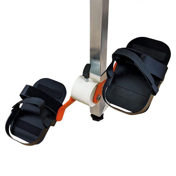 Plaudertisch Übungsgerät Fahrrad mit schwarzen Pedalen vor weißem Hintergrund