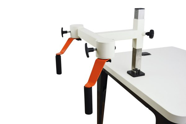 Plaudertisch Werkzeug Kaffeemühle mit zwei Drehkurbeln vor weißem Hintergrund