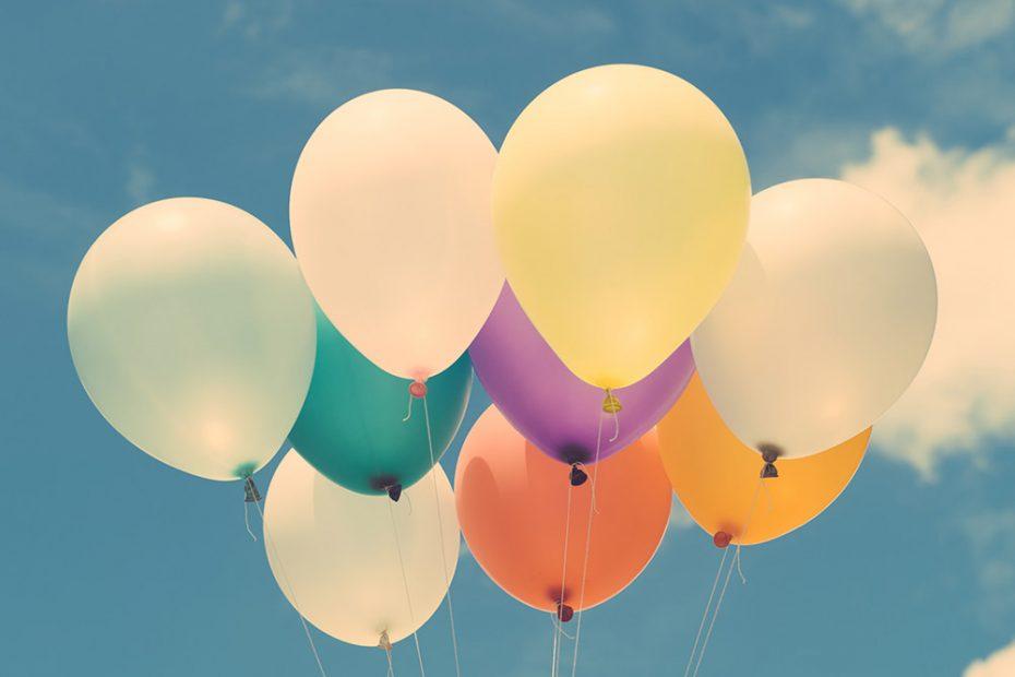 Luftballons vor Himmel